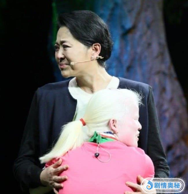 60岁倪萍发文感慨,晒儿子与母亲的合照,配文:儿子挣钱太晚了